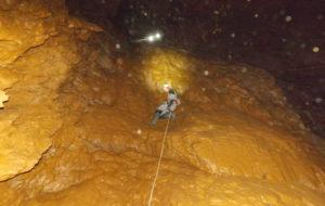 Descenso a unha das covas lucenses.