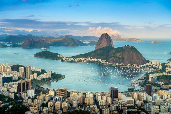 O Pão de Açúcar (no centro) é un dos emblemas de Rio de Janeiro e Brasil. Fonte: Ccarelo / CC BY-SA 3.0.