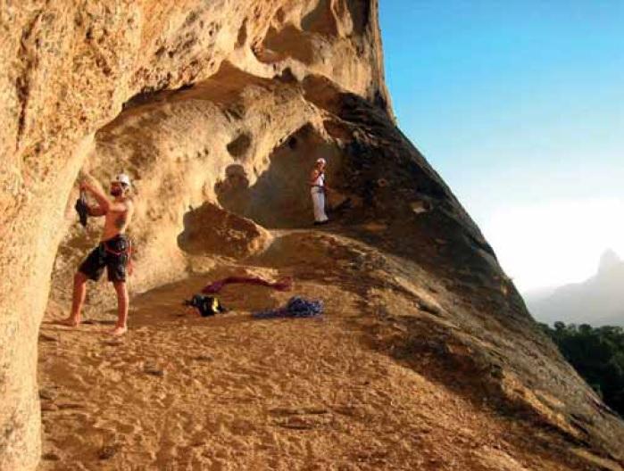 Aspecto dun dos tafoni do Pão de Açúcar durante os traballos. Fonte: Grupo de Montañismo Rocks in Rio.