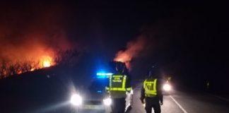 A Garda Civil cortou temporalmente a EP-7001, entre Forcarei e A Estrada, no quilómetro 18, por un dos lumes activos este martes. Foto: twitter.com/PlanDirectorPon.