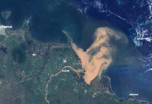Pluma de auga procedente das inundacións chegando á Gran Barreira de Coral. Fonte: NASA.