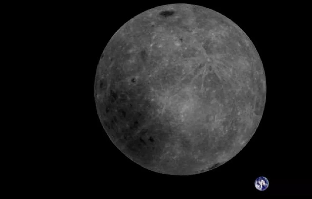 A cara oculta da Lúa, coa Terra ao fondo. Fonte: Dwingeloo Radio Observatory.