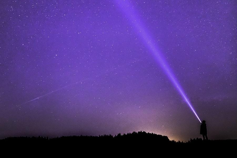 A contaminación luminosa pode afectar a lugares moi afastados dos puntos de emisión de luz.