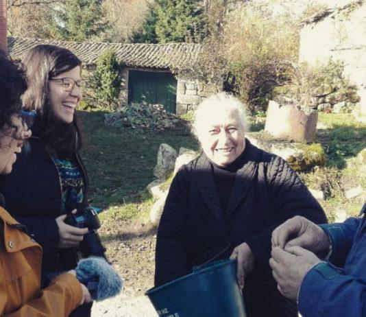 """Adriana P. Villanueva e Sabela Iglesias, con dous dos entrevistados do documental """"O dentón"""". Fonte: Illa Bufarda."""
