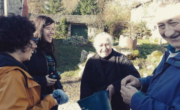 Adriana P. Villanueva e Sabela Iglesias, con dous dos entrevistados do documental