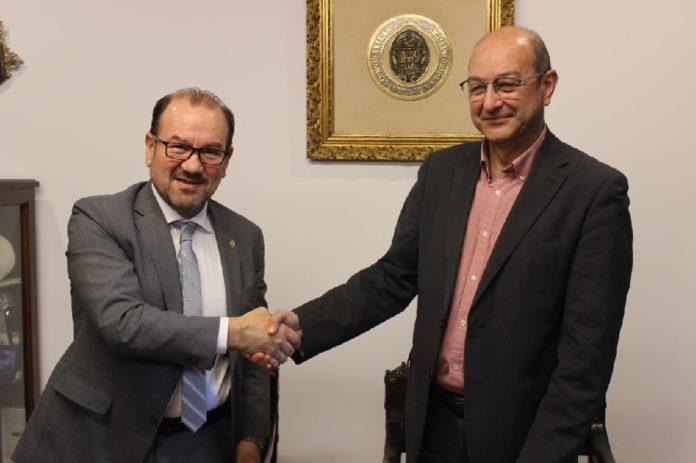 Antonio López, reitor da USC, e Delmiro Prieto, de Down Galicia, logo do acto protocolario de sinatura. Foto: Servimav-USC.