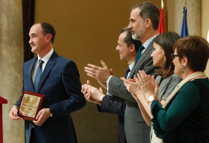Luis Liz, xunto a Pedro Duque, ministro de Ciencia, os reis de España e a secretaria de Estado de I+D+i, Ángeles Heras. Foto: Ministerio de Ciencia.
