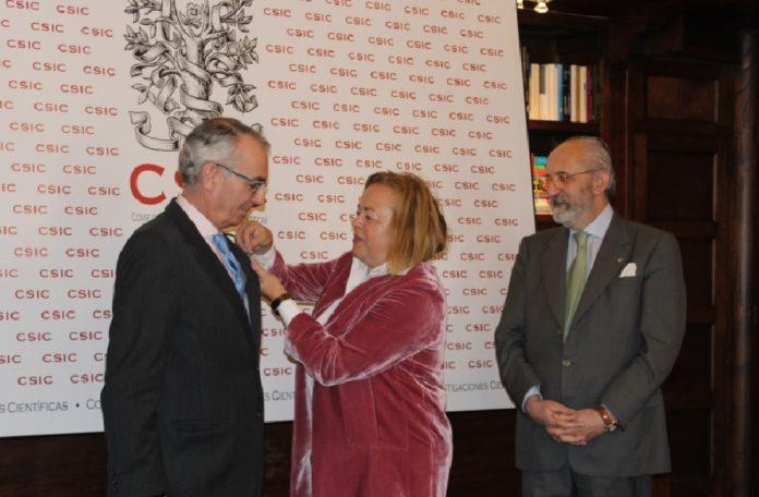 Antonio de Ron recibe a insignia de delegado de mans de Rosa Menéndez, a carón de Eduardo Pardo de Guevara. Foto: CSIC.