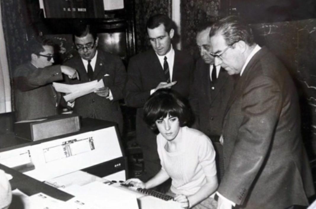 Ana María Prieto, nunha demostración na empresa Bull. Imaxe do arquivo familiar incluída no libro de Henrique Neira