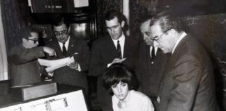 """Ana María Prieto, nunha demostración na empresa Bull. Imaxe do arquivo familiar incluída no libro de Henrique Neira """"Historia da Informática en Galicia. Unha cronoloxía""""."""