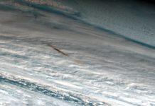 Estela do bólido que estourou en decembro sobre o mar de Bering. Fonte: NASA.