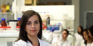 A investigadora María de la Fuente, do IDIS, dirixe o proxecto Nanoevers. Foto: Sergas.