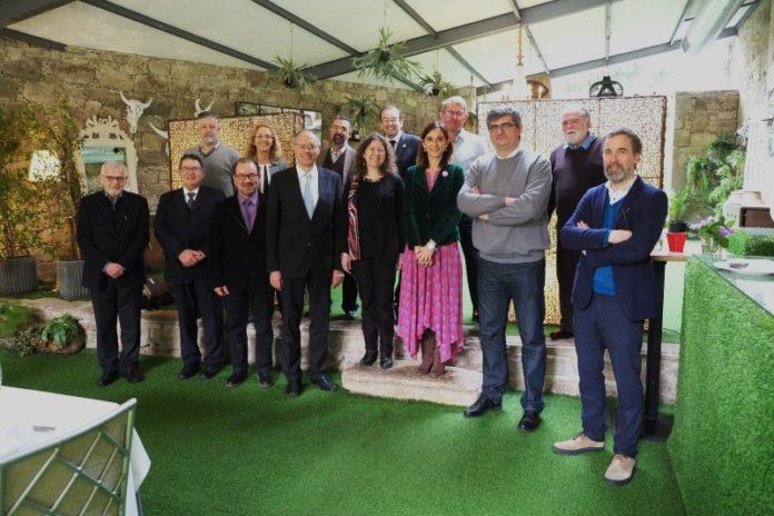 Membros do IGFAE, xunto cos membros do comité científico e autoridades da USC e da Xunta. Foto: Alfonso Ponte.