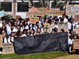 Protesta de alumnos de Farmacia ante o edificio da Facultade. Foto: Twitter de Acción Universitaria.