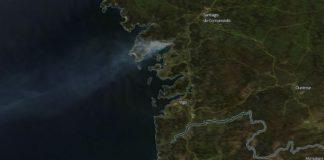 Imaxe do instrumento MODIS do satélite Terra que amosa o tamaño do incendio de Dodro e Rianxo. Fonte: nasa.gov.