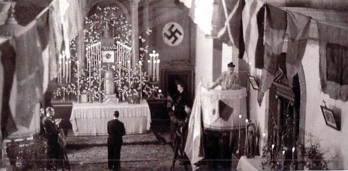 Misa cun estandarte nazi na parroquia de lavacolla en 1937, moi preto do campo de concentración. fonte: blog arqueología de la guerra civil española.