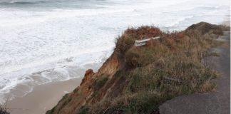 Exemplo de erosión na costa de Galicia. Unha estrada (pode verse a varanda de metal no cantil) que o mar devorou en Razo (Carballo). Foto: R. Pan.