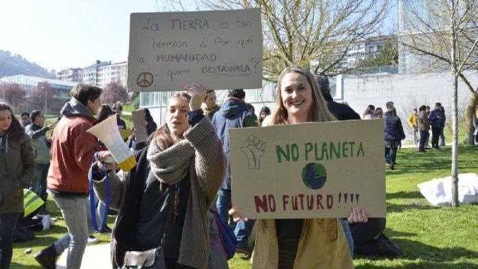Alumnas de intercambio do campus de Ourense durante a concentración deste venres. Foto: Duvi.