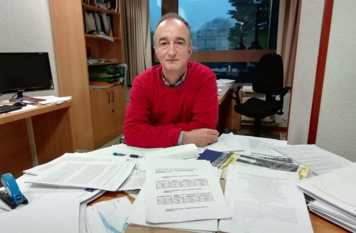 Enrique Zas, no seu despacho do Instituto Galego de Física de Altas Enerxías. Foto: R. Pan.