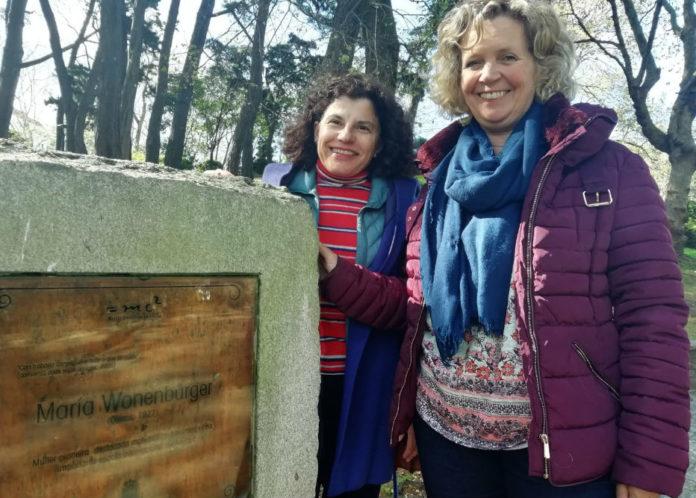 María José Souto e Ana Dorotea Tarrío, profesoras da UDC, xunto á placa que rende homenaxe a María Wonenburger no parque de Santa Margarida. Foto. R. Pan.