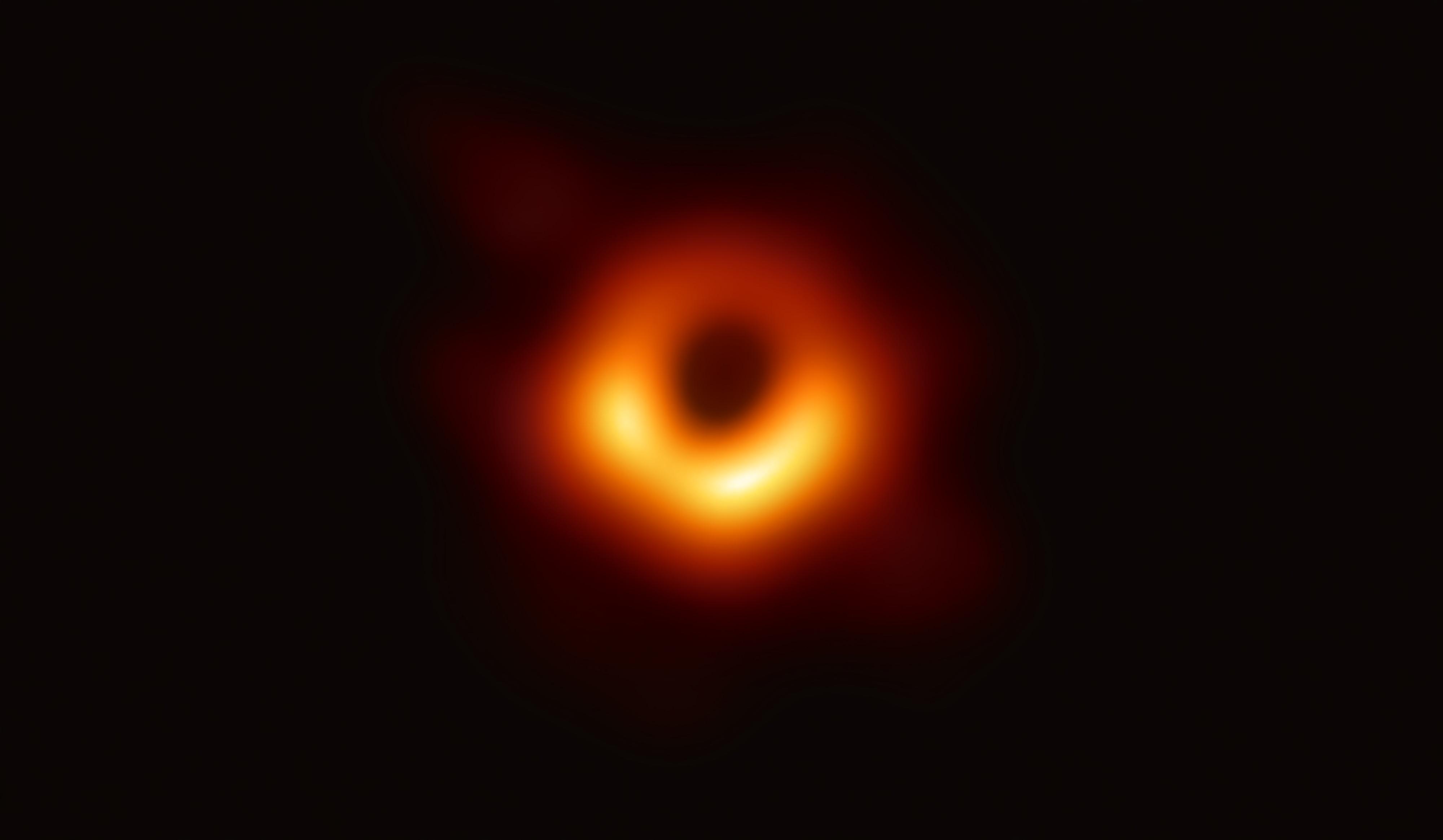 Imaxe con maior resolución (4000x2330) do buraco negro. Fonte: Event Horizon Telescope.