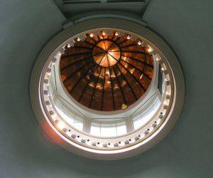 Ether Dome (Cúpula do Éter), na sala onde tivo lugar a célebre operación de 1846. Fonte: Adam Lenhardt - CC BY-SA 3.0.