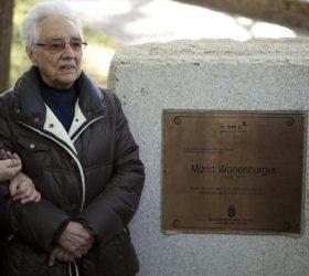 María Wonenburger, na homenaxe recibida no 2011 no parque de Santa Margarida. Foto: Museos Científicos Coruñeses.
