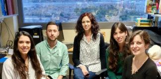 """Noemí Pallas (1ª pola dereita), co resto do grupo da doutora María Llorens, que liderou o estudo sobre a neuroxénese adulta publicado en """"Nature Medicine""""."""