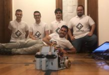 Os integrantes dp equipo co seu robot Bumblebee.