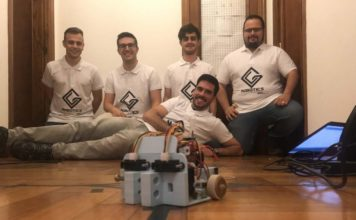 Os integrantes dp equipo co seu robot Bumblebee.