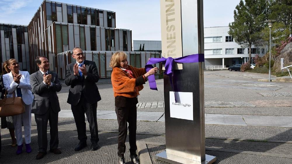 María Fernández de la Vega desatando o lazo da nova sinalización do edificio Ernestina Otero. Foto: Duvi.