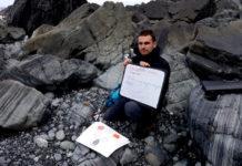 Francisco Canosa, xeólogo e guía da xeoruta das praias negras de Cedeira, explicando a formación das rochas da zona.