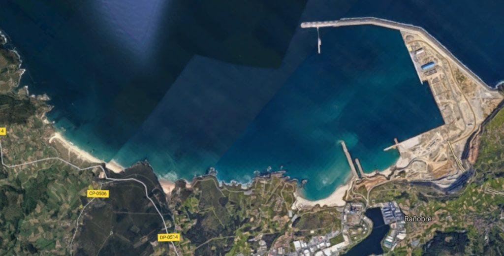 A praia de Barrañán, á esquerda da imaxe, viuse afectada polas obras do porto exterior de Langosteira. Fonte: Google Maps.