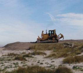 Unha escavadora sobre a zona de dunas de Barrañán. Fonte: Ana Noya.