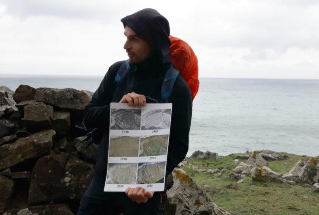 O xeólogo Francisco Canosa, explicando a evolución da ubicación da caseta. Fonte: R. Pan.
