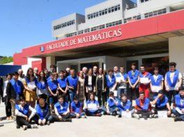Foto de familia da promoción logo do acto de imposición de becas. Foto: Santi Alvite / USC.