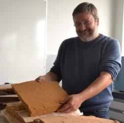 O director da Escola, Juan Picos, cun dos prototipos de illante. Foto: Duvi.