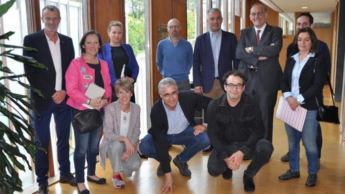 Foto de grupo das e dos integrantes da Comisión Interuniversitaria de Política Lingüística, que aprobou a proposta de incorporación do galego aos graos. Fonte: Duvi.