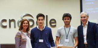 Nuno Sinde e Pedro Fernández, do Colexio Internacional SEK-Atlántico de Poio, reciben o premio como gañadores da Galiciencia.