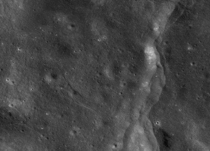 Imaxe da superficie lunar tomada polo Lunar Reconnaissance Orbiter, cuxos datos se contrastaron coas misións Apolo. Fonte: LRO.