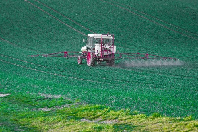O glifosato, comercializado por empresas como Monsanto, utilízase como herbicida en vías públicas, terreos privados e cultivos agrícolas.