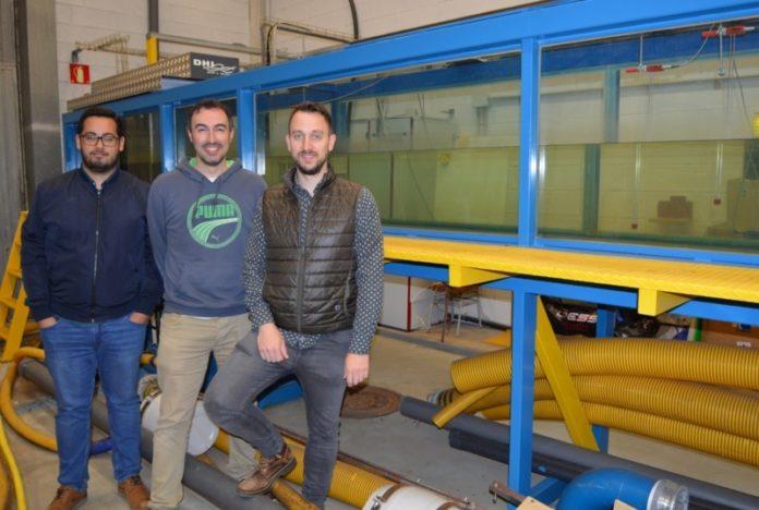 De esquerda a dereita, Mateo Fouz, Iván López e Rodrigo Carballo, na canle de ondas e correntes da EPS de Enxeñaría de Lugo. Foto: USC.