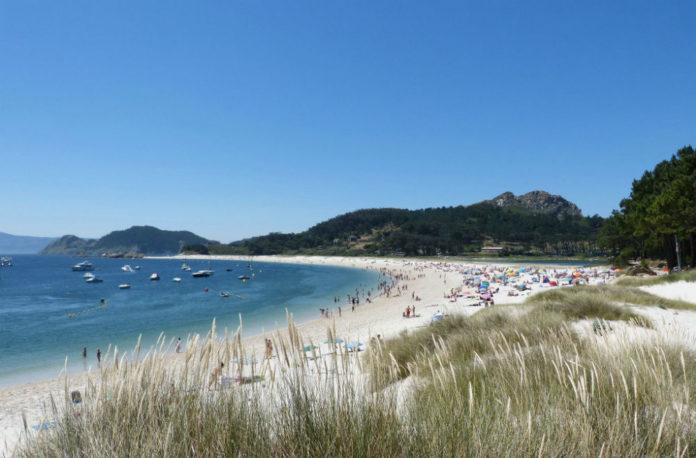 A praia de Rodas recibe milleiros de visitantes na tempada estival. Foto: Juantigues / CC BY-SA 2.0.
