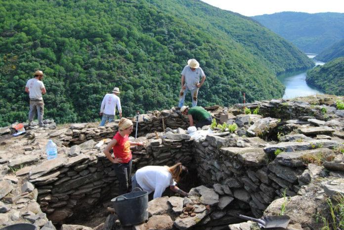 A escavación na que se atoparon os restos humanos realizouse en Vilachá, á beira do Sil. Fonte: Adegas da Memoria.