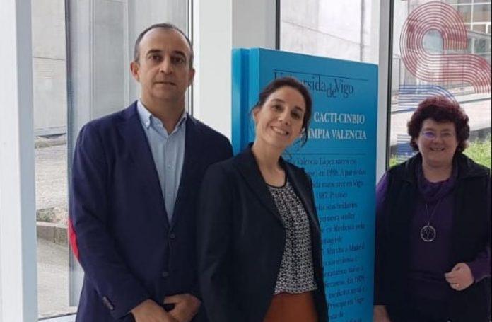 Noemí Martínez, no centro, cos seus directores de tese, o doutor José María Pego e a catedrática África González. Foto: Duvi.