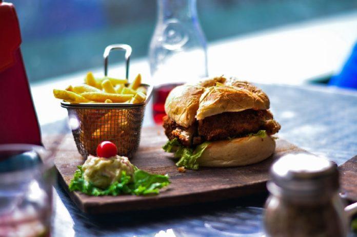 Catro porcións de alimentos ultraprocesados ao día aumentan o risco de morte sen ter en conta outras causas.