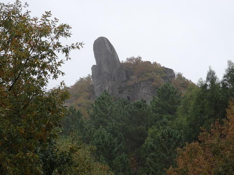 A rocha que nomea á Serra de Pena Corneira. Fonte: Galipedia.