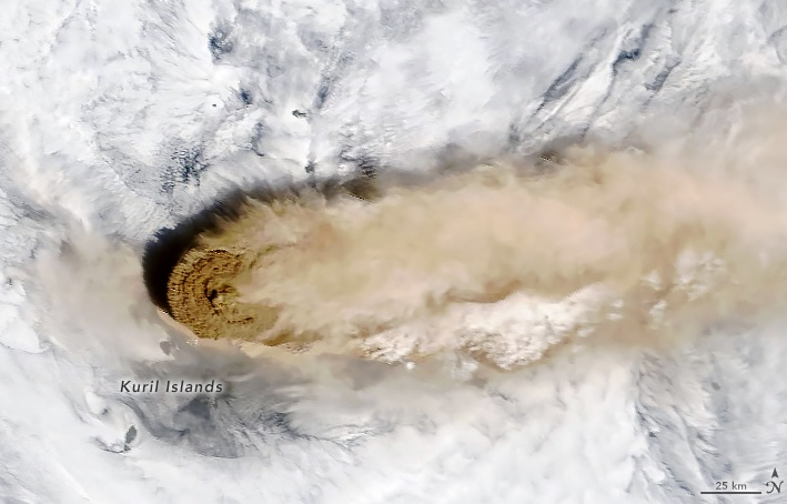 Imaxe do volcán Raikoke captada desde o satélite Terra da NASA polo instrumento MODIS. Fonte: NASA.