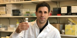 César de la Fuente, no laboratorio. Foto de Jon García Urbieta