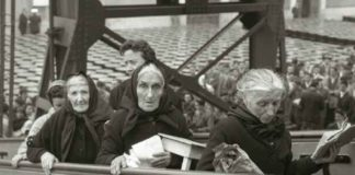 Os de Arxentina son os primeiros casos confirmados de SCA36 debido á emigración galega a América. Na imaxe, do fotógrafo Alberto Martí, tres mulleres embarcan na Coruña en 1962.
